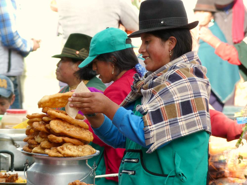 ecuador-guamote-marktvrouw-empanadas