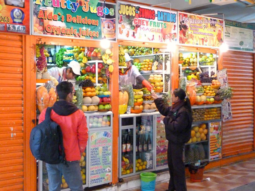 bolivia-la-paz-mercado-lanza-fruitstalletjes