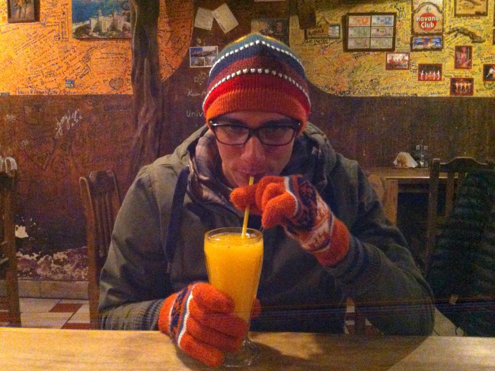 Hihi, zo koud heeft een Cubaan het dus in La Paz, binnen in een restaurant... Mét nieuwe bril overigens!