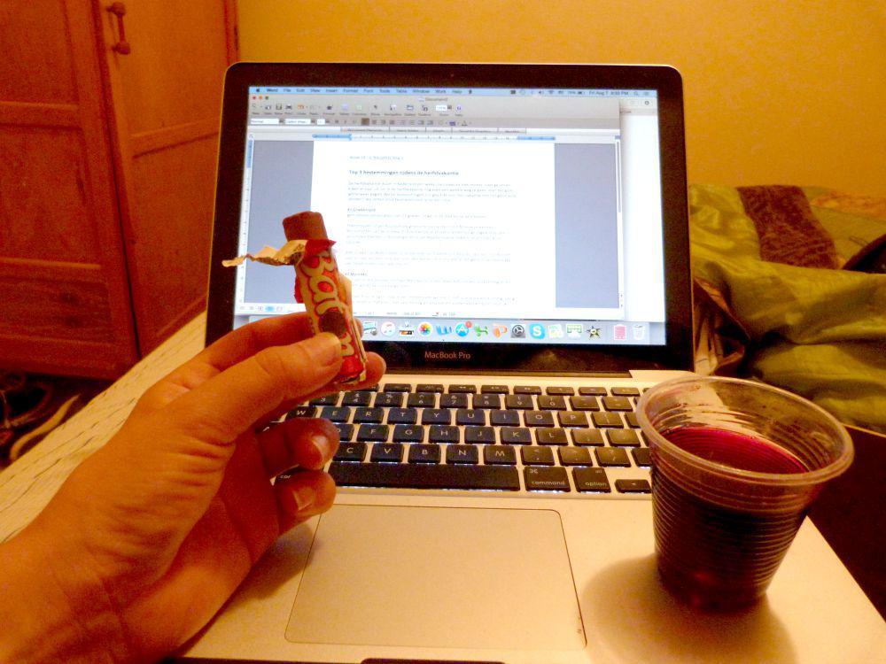 Friday night home office: met chocola en wijn uit een plastic beker ;-)