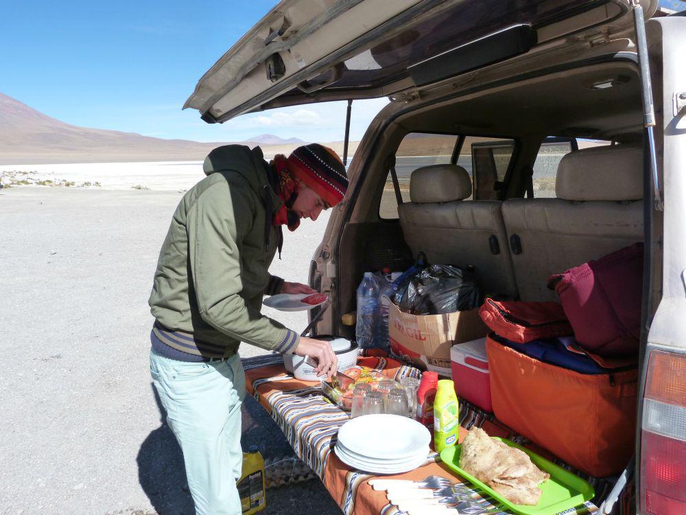 bolivia-uyuni-lunch-achterklep