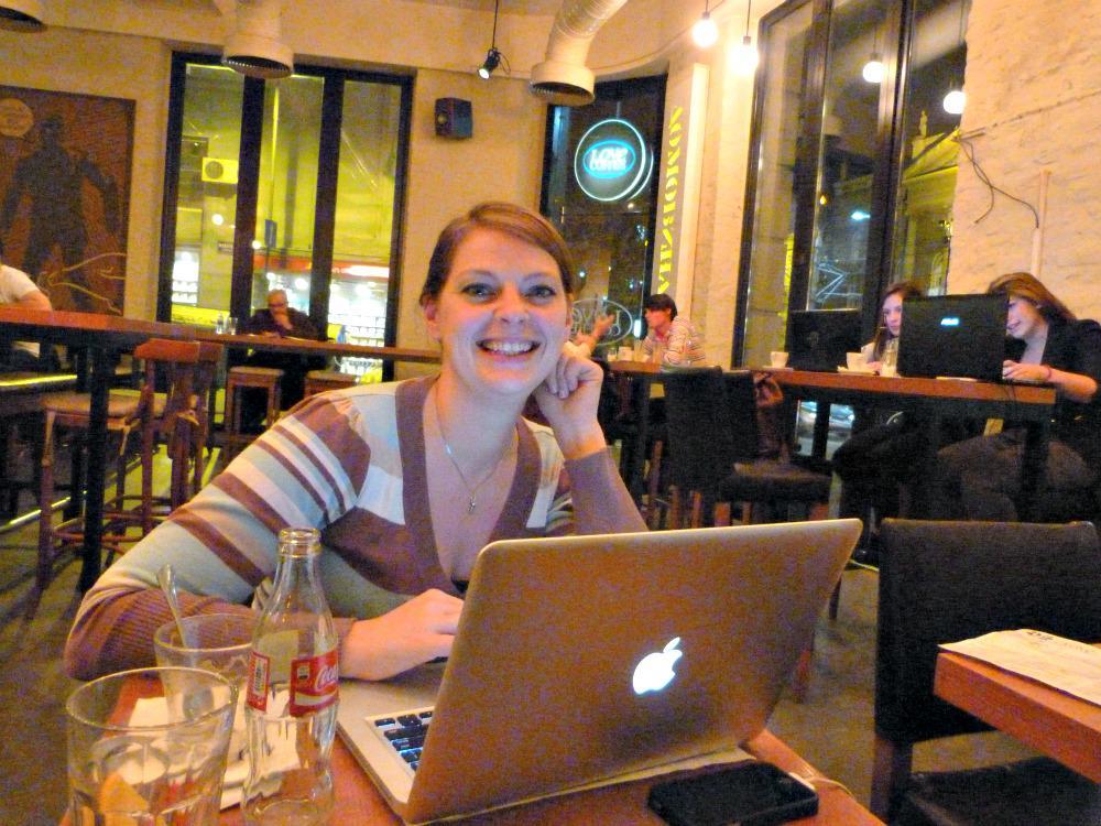 aankomst in Belgrado, Servië - werken in een koffiebar