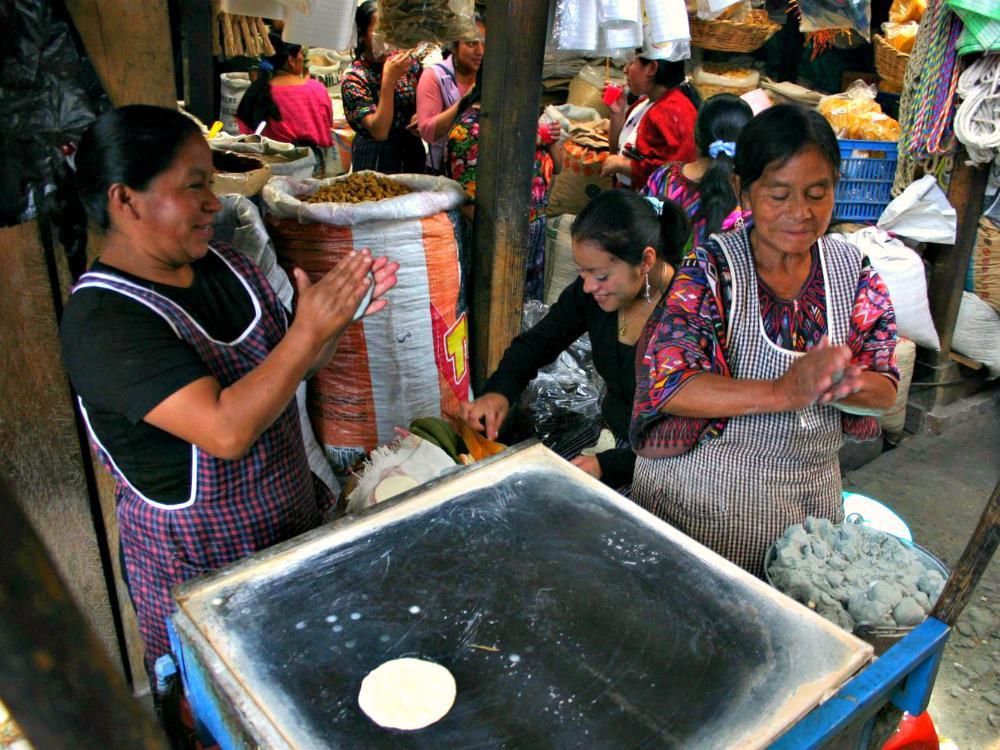 guatemala-markt-tortillas-bakken