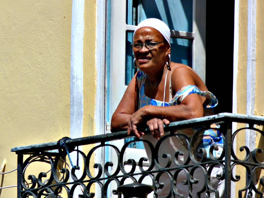 budget-reizen-brazilie-vrouw-balkon