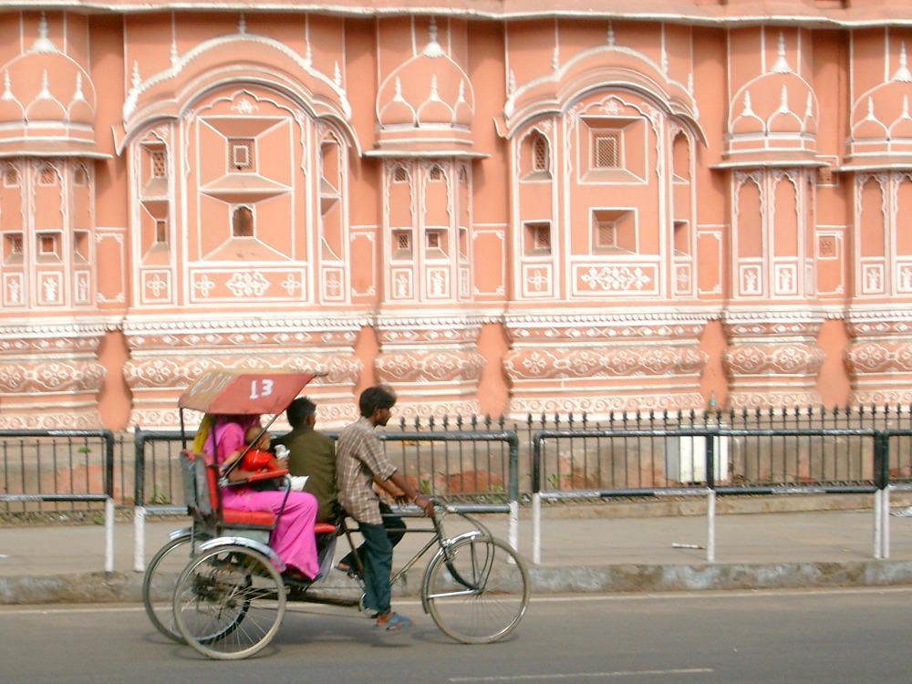 reis-india-jaipur-hawa-mahal-riksja