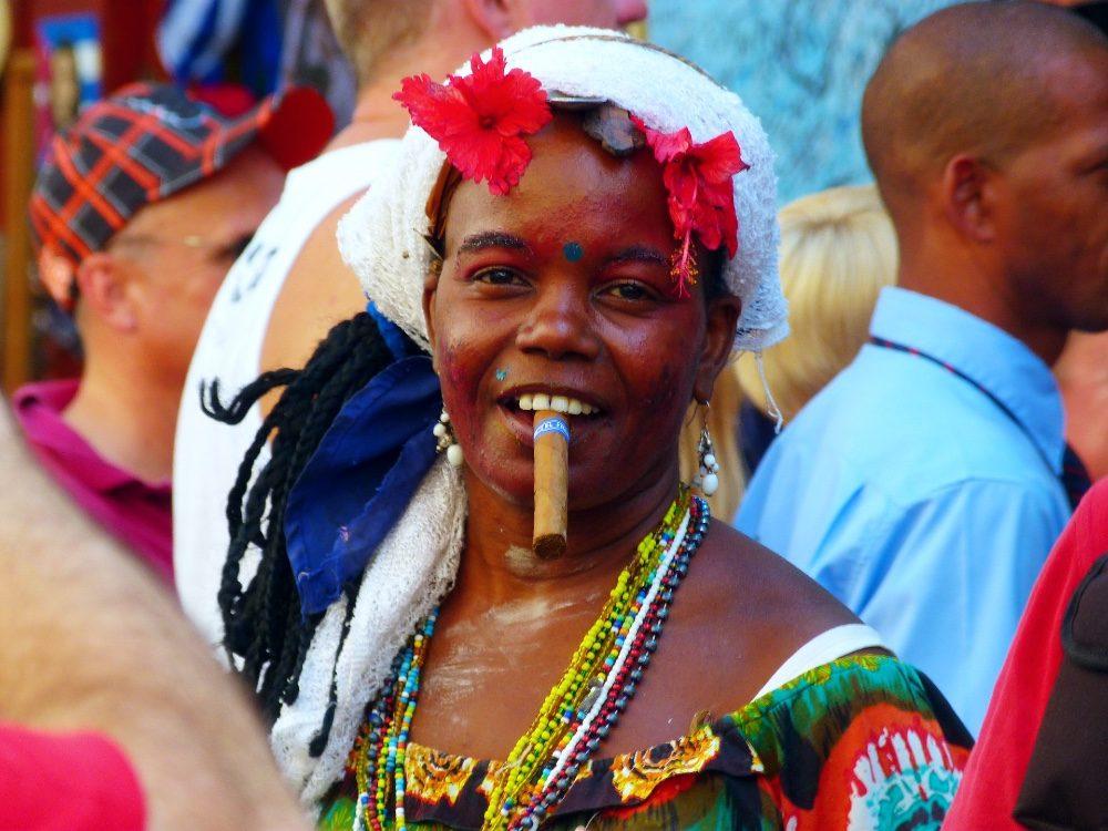 paklijst cuba rondreis - vrouw met sigaar